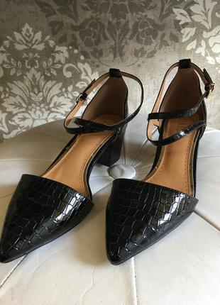 Новые лаковые туфли на удобном каблучке3 фото
