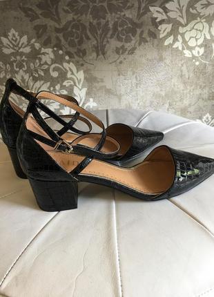 Новые лаковые туфли на удобном каблучке2 фото