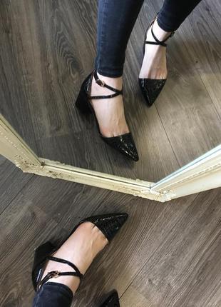 Новые лаковые туфли на удобном каблучке6 фото
