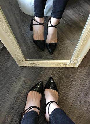 Новые лаковые туфли на удобном каблучке5 фото