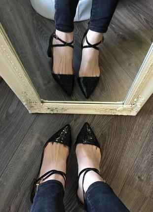 Новые лаковые туфли на удобном каблучке7 фото