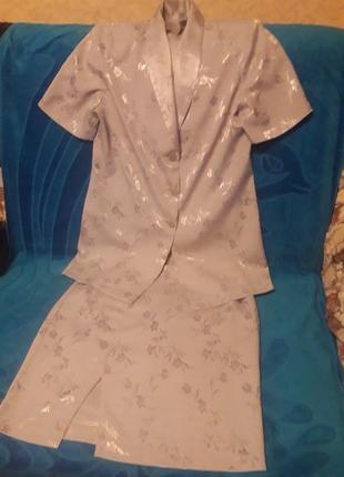 Летний костюм с цветочным принтом.