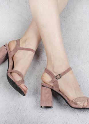 Босоножкина каблуке с ремешком