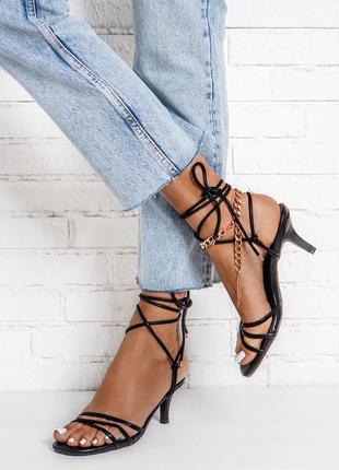 Чёрные босоножки с завязками на маленьком каблуке, есть все размеры