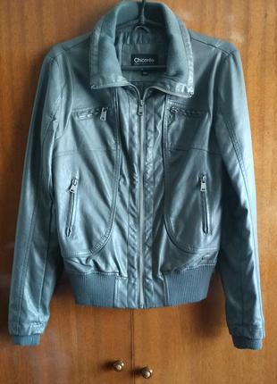 Короткая куртка с манжетами эко кожа. серая.