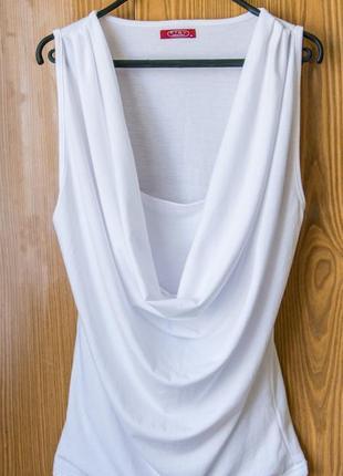 Базовая блузка с красивым декольте