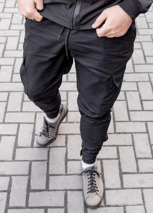 Брюки зауженные с карманами карго