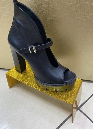 Кожаные черные босоножки на высоком каблуке