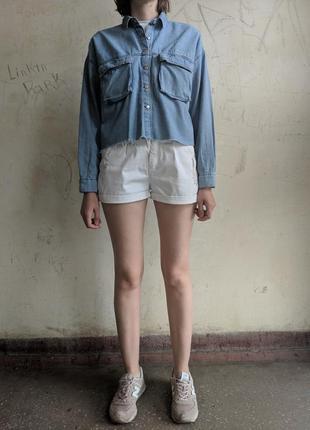 Укороченная свободная джинсовая рубашка