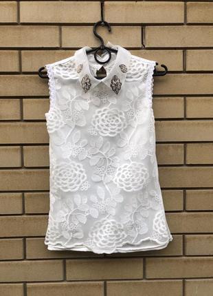Белая блуза с декорированным воротником