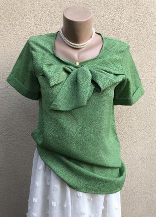 Новая,красивая блузка с бантом на груди.