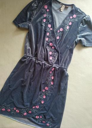 Велюровое платье с вышивкой