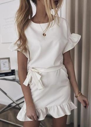 Летнее молодежное платье с воланами и поясом.
