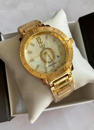 Стильные женские наручные часы в золоте