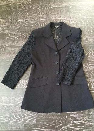 Удлиненный пиджак с ажурной спинкой