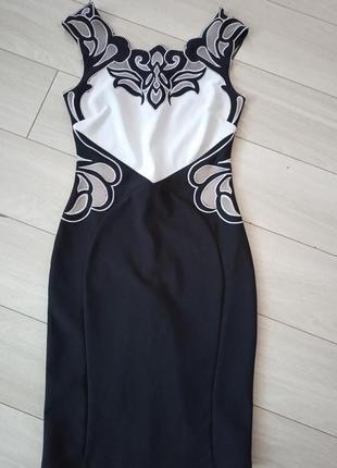 Облегающее платье футляр с вышивкой