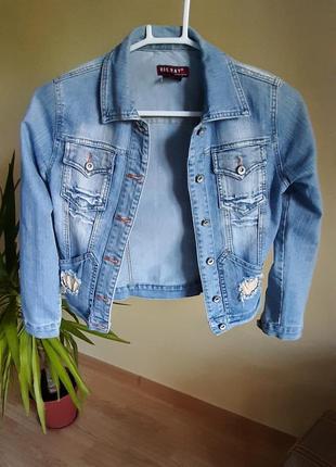 Крутая голубая джинсовка джинсовая куртка с карманами