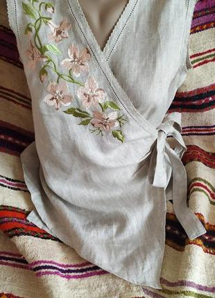 Льняная блуза на запах с нежной вышивкой