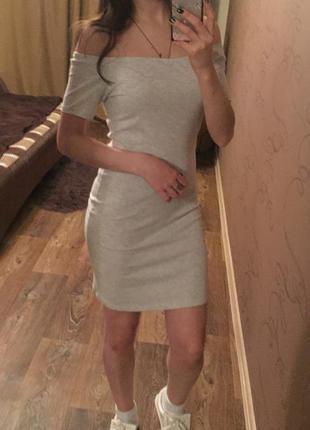 Серое платье с открытыми плечами
