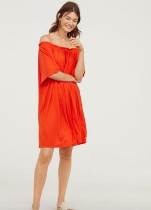 Платье свободного пошива с открытыми плечами
