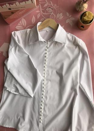 Класична біла блуза з ґудзиками-перлинками.