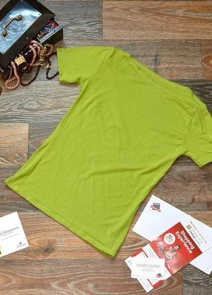 Трикотажная зеленая футболка с вырезом лодочкой