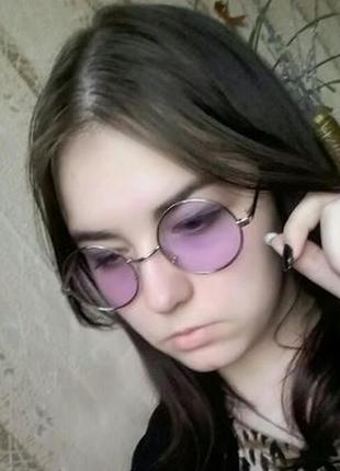 Круглые очки от солнца с тонкой серебристой оправой и дымчатой сиреневой линзой3 фото