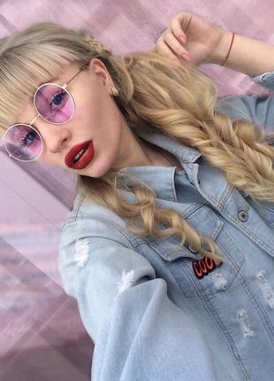 Круглые очки от солнца с тонкой серебристой оправой и дымчатой сиреневой линзой