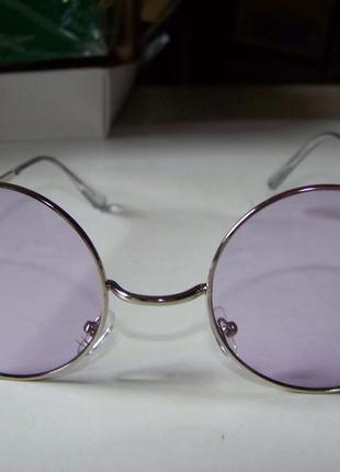 Круглые очки от солнца с тонкой серебристой оправой и дымчатой сиреневой линзой5 фото