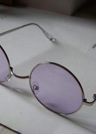 Круглые очки от солнца с тонкой серебристой оправой и дымчатой сиреневой линзой7 фото