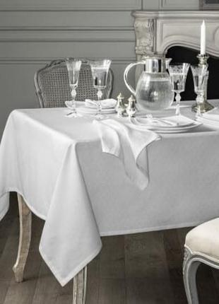 Красивая нарядная скатерть на стол