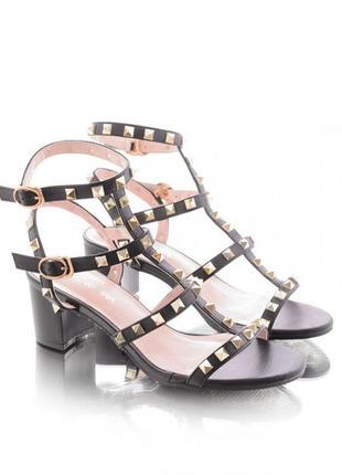 Стильные женские босоножки на широком каблуке с заклепками