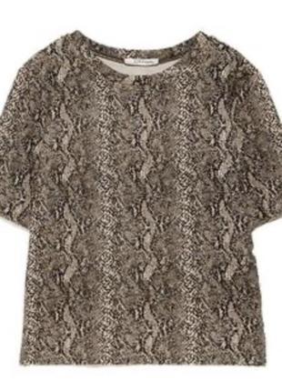 Щільна фактурна футболка zara в зміїний принт.