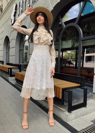 Романтическое женское платье с рюшами на груди