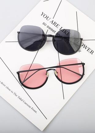 Полуободковые округлые солнцезащитные очки с черной дымчатой линзой