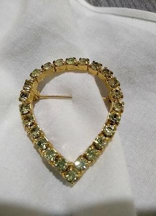 Брошь в виде капли в золотом цвете с кристаллами