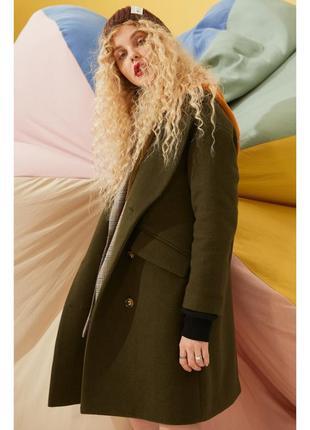 Оригинальное брендовое пальто прямого кроя с капюшоном и спущенным плечом4 фото
