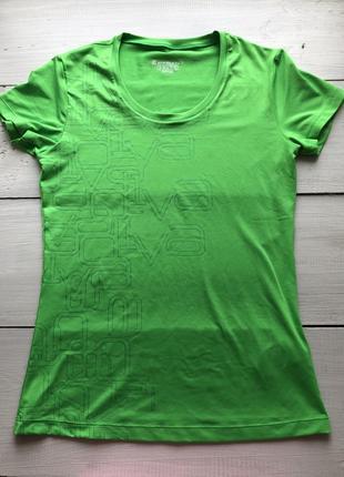 Яркая футболка для спорта