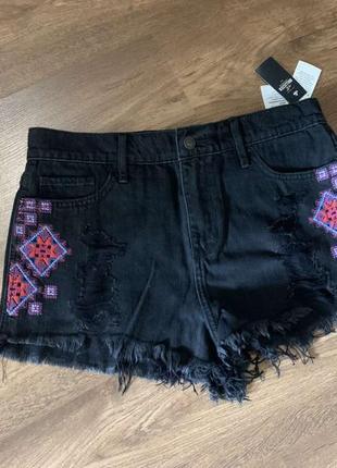 Крутые джинсовые шорты hollister с вышивкой