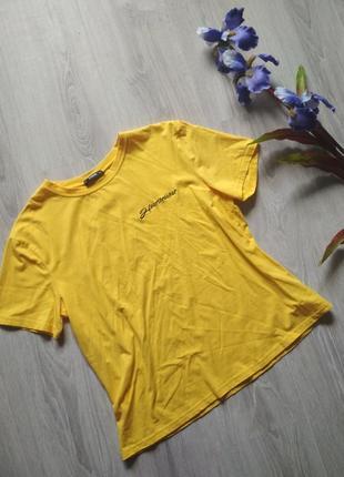 Яркая жёлтая футболка с надписью