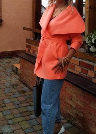 Яркое персиковое пальто