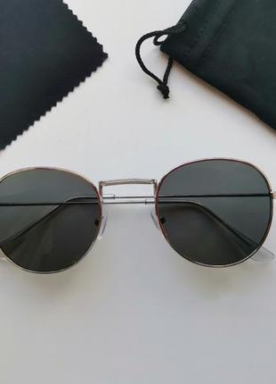 Сонцезахисні окуляри в металевій оправі.