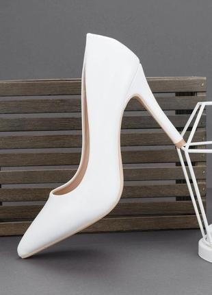 Белые туфли лодочки на каблуке с острым носом