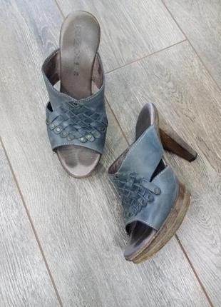 Плетеные синие/серые кожаные босоножки сабо шлепанцы на платформе каблук заклепки