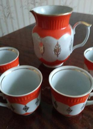 Кувшин с чашками