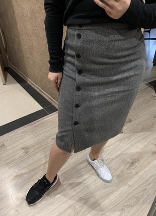 Актуальная стильная юбка миди серая на запах с пуговицами