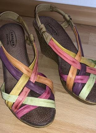 Разноцветные босоножки. кожа. испания