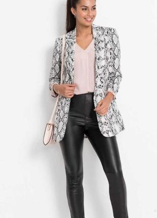 Трендовый серый пиджак в змеиный принт