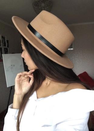 Стильная шляпа федора бежевая кемел с широкими полями классическая трендовая фетровая