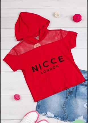 Стильная красная футболка с надписью капюшоном сетка
